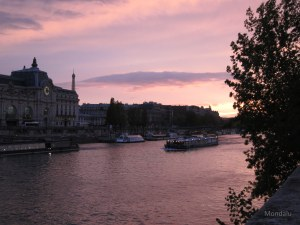 Sur les quais de Seine à Paris, près du Louvre